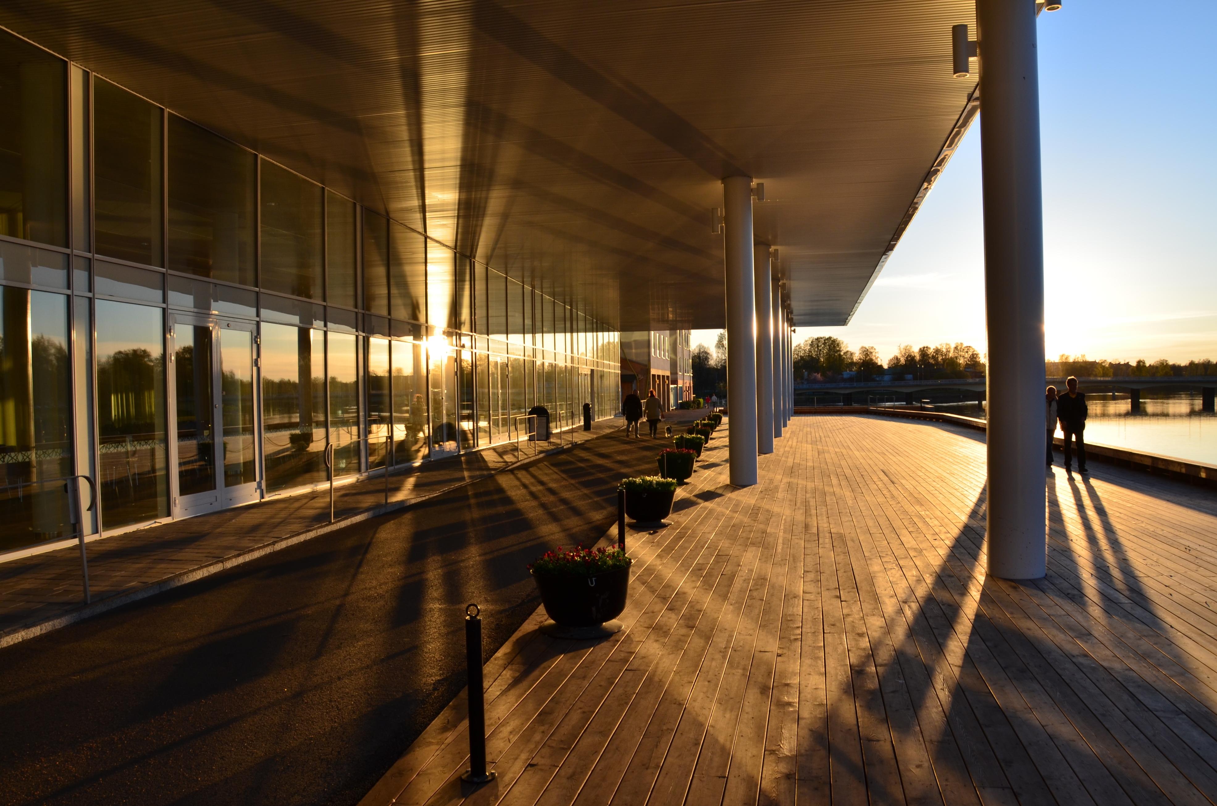 Terrassen i badande solljus